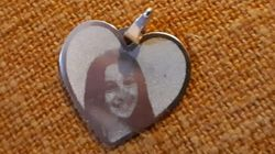 Giulia morì nel sisma di Amatrice. Il papà ritrova la medaglietta con la sua foto grazie a