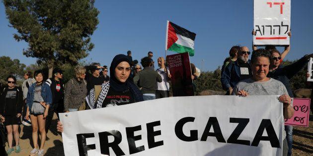 Des Palestiniens offrent leur support à leurs compatriotes de