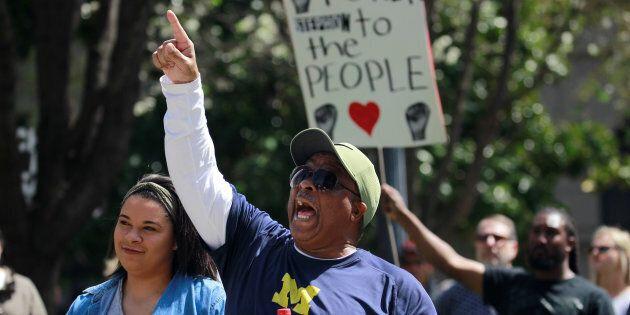 Des manifestants protestent contre les policiers responsables de la mort de Stephon Clark à Sacramento,...