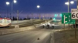 Un avion se pose en pleine rue à