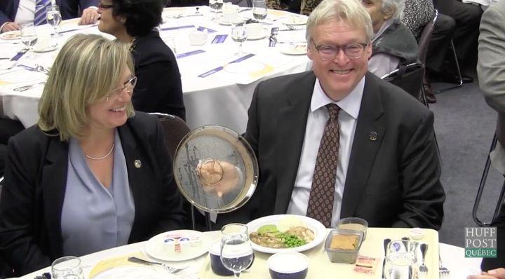 Gaétan Barrette avait invité les journalistes à venir déguster les nouveaux repas offerts dans les CHSLD de la province, à l'automne 2016.