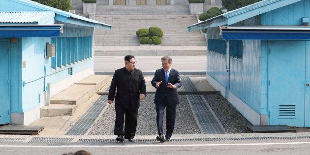 Kim Jong-un et Moon Jae-in se sont rencontré dans le village de Panmunjom à la frontière des deux Corées,...