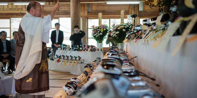 Au Japon, des funérailles pour les chiens robots hors