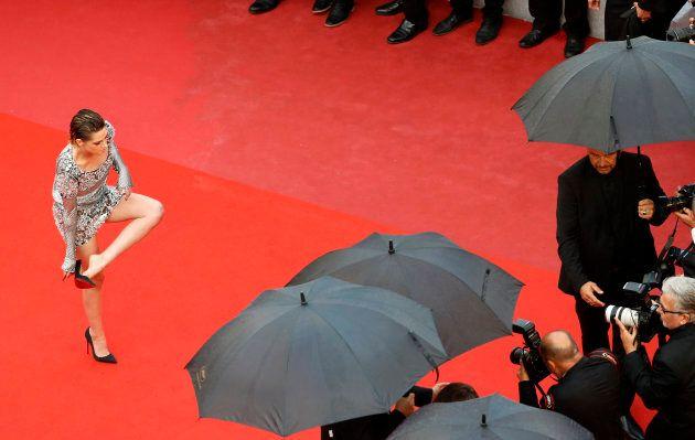 Kristen Stewart pieds nus pour monter les marches de