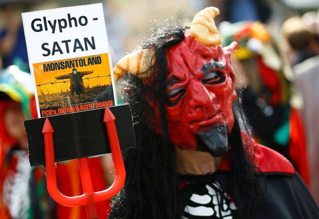 Des manifestants ont dénoncé le projet de fusion entre Bayer et Monsanto, le 25