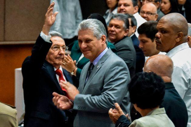 Le président cubain Raul Castro (gauche) et Miguel Diaz-Canel