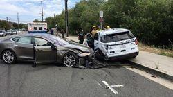 Une Tesla en mode Autopilot fonce sur une voiture de