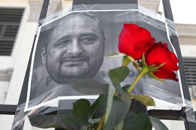 Des gens avaient déposé des fleurs près d'une photo de Babchenko à la suite de l'annonce de son supposé...
