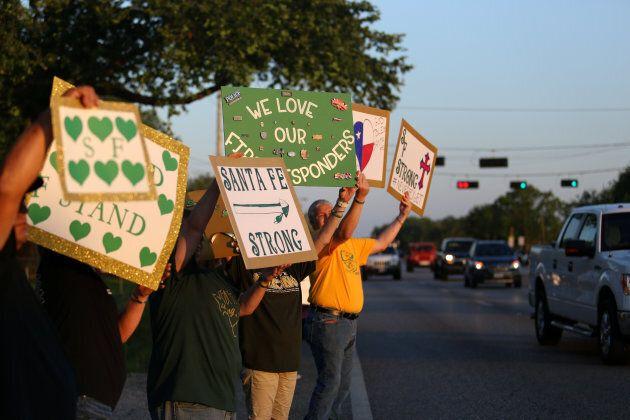 Des membres de la communauté de Santa Fe se sont réunis le 29 mai pour appuyer les élèves retournant...