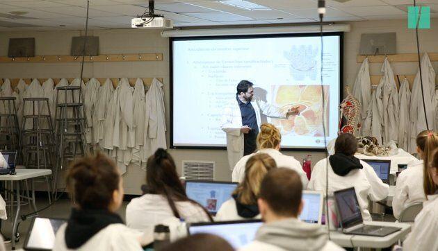 Stéphane Sobczak, professeur au département d'anatomie, estime que l'accès à de vrais corps humains ajoute une valeur inestimable à la qualité de son enseignement.