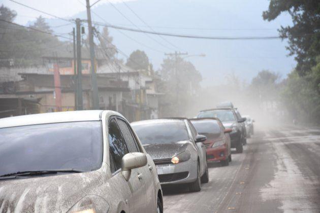 Des voitures sont recouvertes de cendre après l'éruption du volcan de
