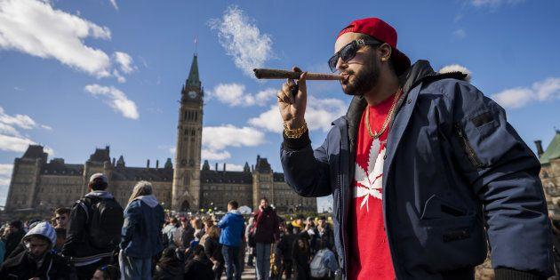 Regroupement devant le parlement à Ottawa à l'occasion de la journée 420, le 20 avril