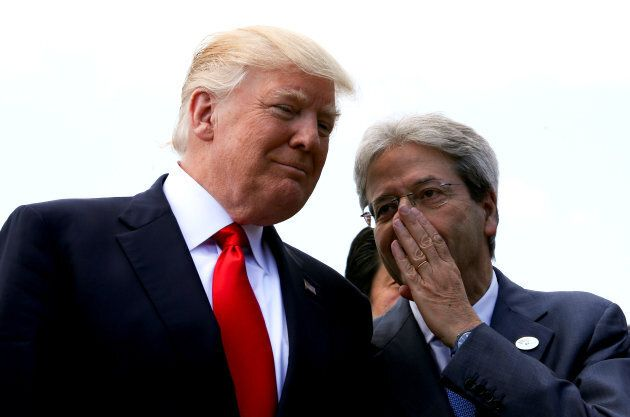 L'ex-premier ministre italien Paolo Gentiloni parle avec le président américain Donald Trump lors du...