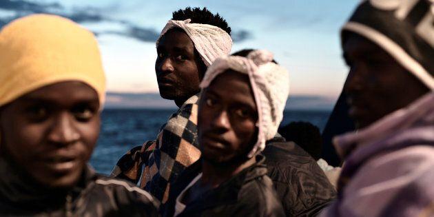 Des migrants sur l'Aquarius, bateau de sauvetage en mer Méditerranée éventuellement accueilli par