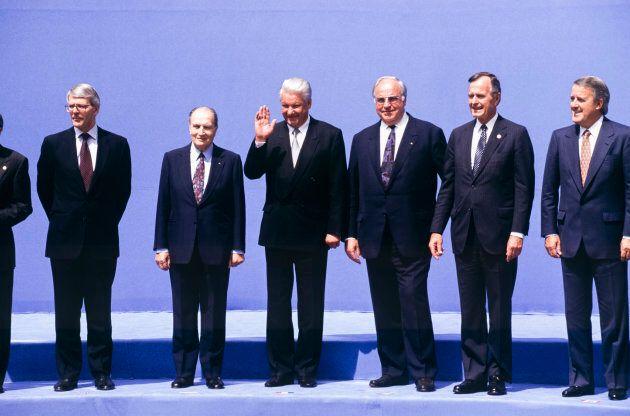 Le chancelier Kohl, François Mitterrand, John Major, George Bush, Brian Mulroney et Boris Eltsine lors du sommet du G7 le 6 juillet 1992 à Munich, en Allemagne.