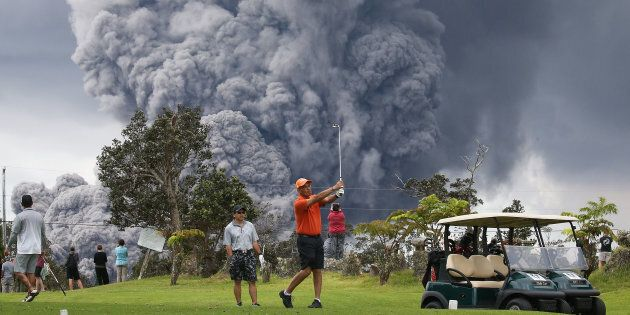 Hawaï: des gens jouent au golf pendant l'éruption du volcan Kilauea et les photos sont