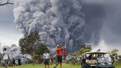 Des gens jouent au golf pendant l'éruption du volcan Kilauea et les photos sont