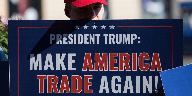 Un manifestant dénonce les politiques de l'administration Trump devant le palais présidentiel d'Helsinki,...