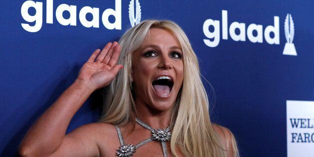 Britney Spears laisse (encore) échapper un sein lors d'un
