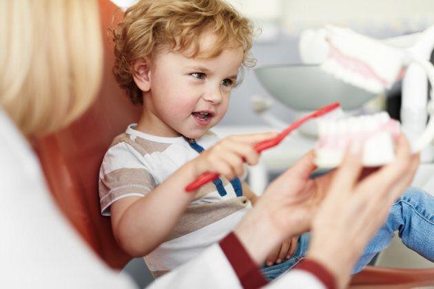Le régime public permet aux enfants de moins de 10 ans et aux assistés sociaux de recevoir des soins gratuitement.