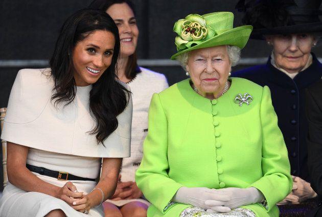 Meghan Markle étaite assise à côté de la reine Elizabeth II lors de la cérémonie d'ouverture du pont Mersey Gateway le 14 juin dernier.