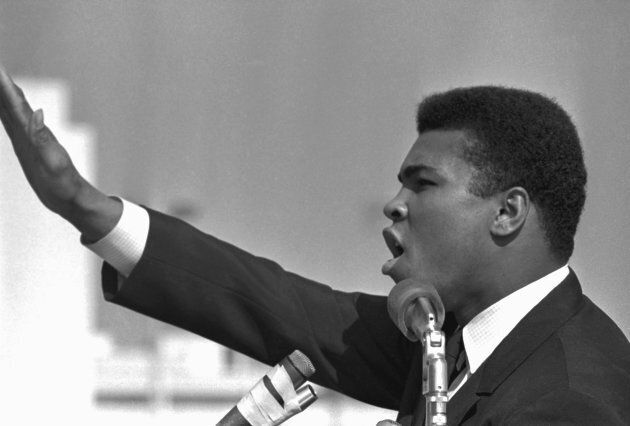 Photo d'archives de Muhammad Ali qui s'adressait à des étudiants à Los Angeles dans les années