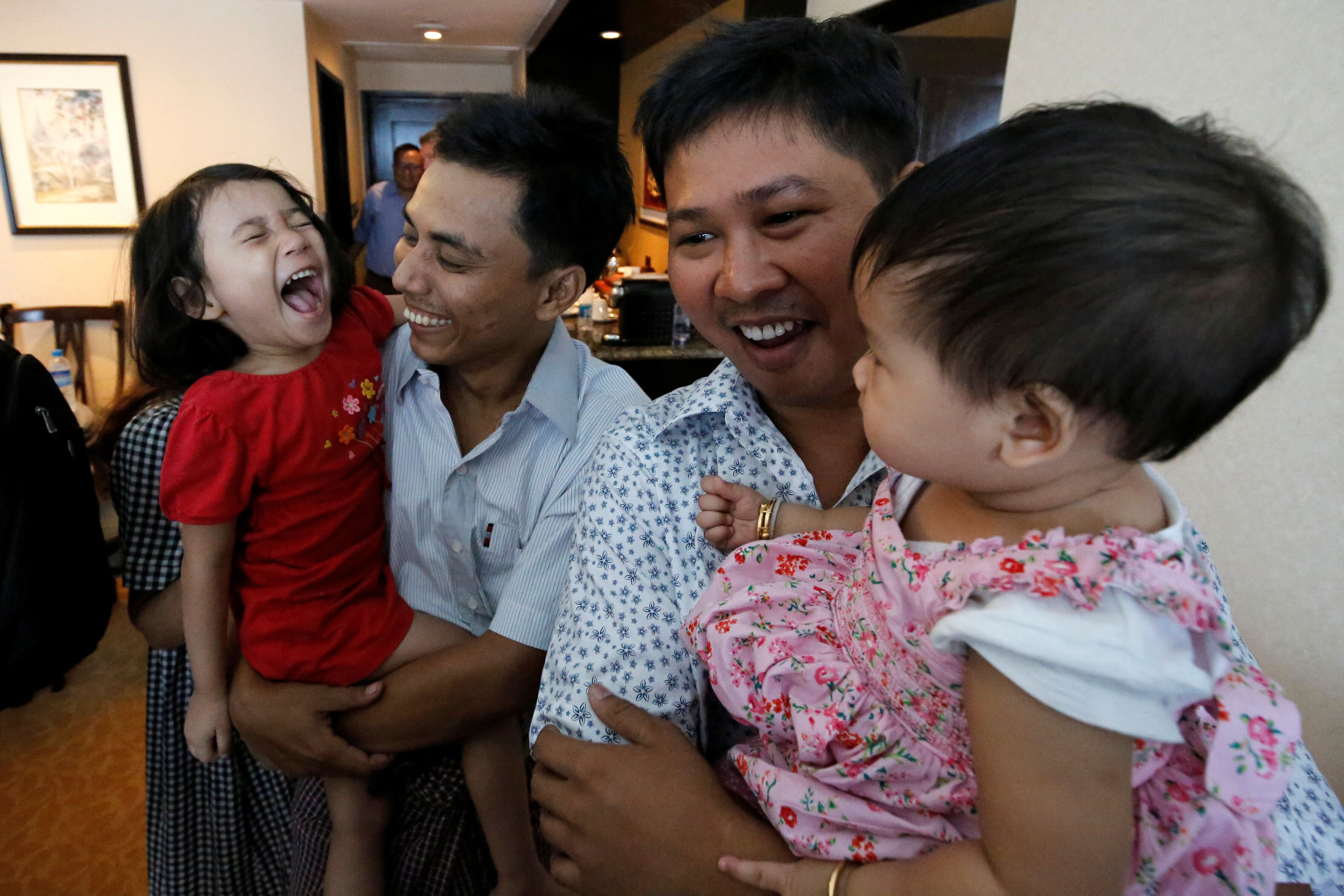 Birmania amnistía a dos reporteros de Reuters que revelaron una matanza de