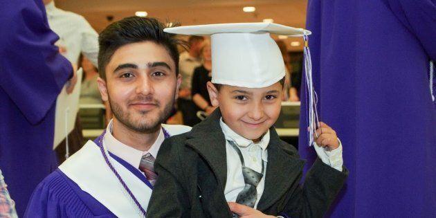 Yasser Al Asmi est photographié en compagnie de son petit frère lors de la remise de diplôme à l'école...