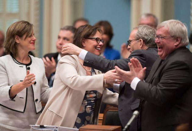 La ministre responsable de la Santé publique, Lucie Charlebois (au centre), lors de l'adoption de son projet de loi sur le cannabis.