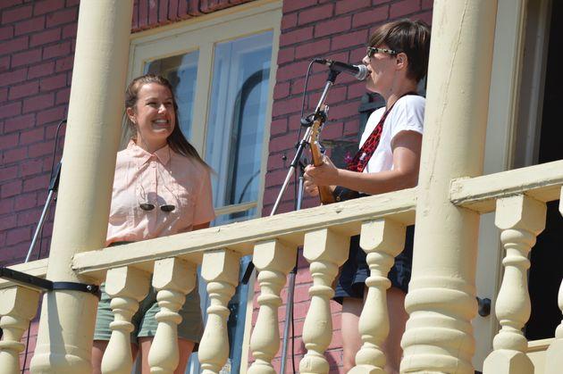 Gabrielle Shonk et Pascale Picard, un duo qu'on ne s'attendait pas à voir sur un balcon au