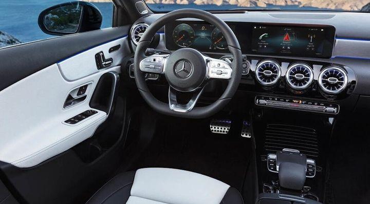 Mercedes-Benz A-Klasse Interieur: AMG Line nevagrau/schwarz, Exterieur: Digital white pearl //  Mercedes-Benz A-Class  Interior: AMG Line nevagrey/black, Exterior: Digital white pearl