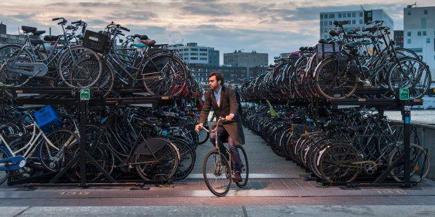 Un stationnement à vélos