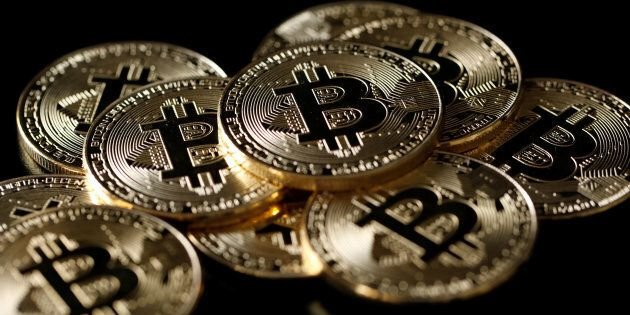 Une collection de jetons bitcoins, une monnaie virtuelle.