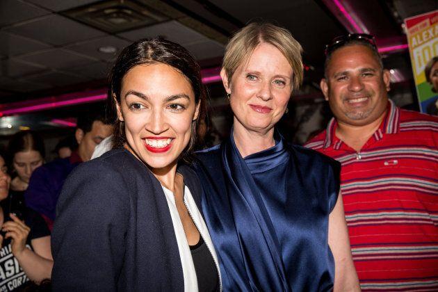 Alexandria Ocasio-Cortez était appuyée par Cynthia Nixon qui se présente au poste de gouverneure de l'État...