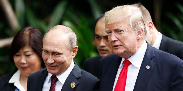 Photo d'archives de Vladimir Poutine et Donald Trump au forum de