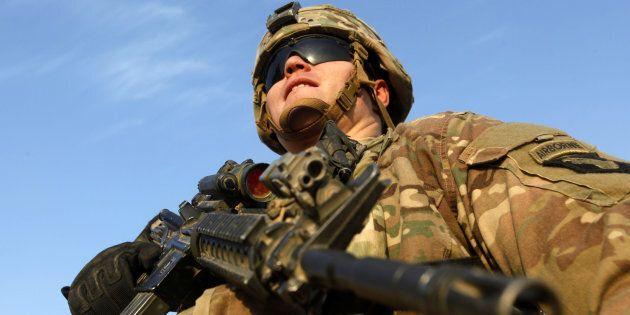 Un soldat en position dans une base militaire américaine, en