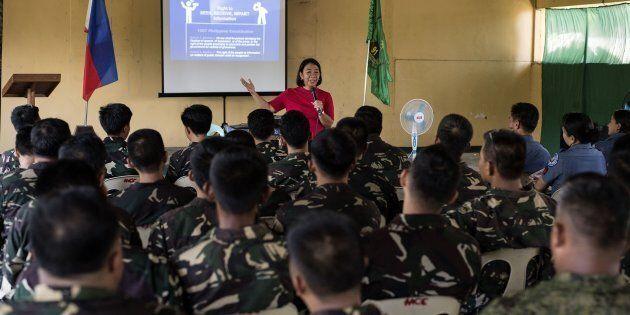 La journaliste Rowena Paraan donne une formation sur les fausses nouvelles à des soldats philippins....