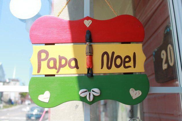 Une affiche à l'entrée de la boutique de Papa Noël sur la rue Lafontaine.