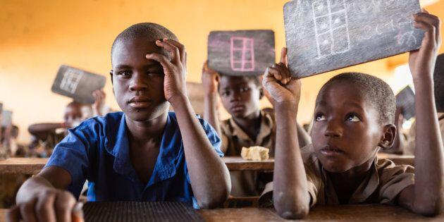Au Togo, un apprentissage en braille du cursus scolaire ordinaire. Des enseignants mobiles viennent soutenir les enseignants réguliers.