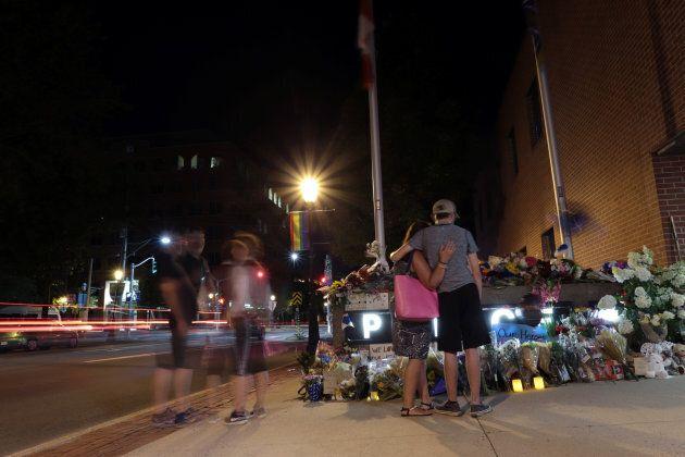 Des résidents de Fredericton se sont rendus au quartier général de la police pour rendre hommage aux...