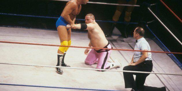 Raymond Rougeau debout se bat contre Jim 'The Anvil' Neidhart en