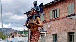Imbrattata col letame la fontana delle polemiche, che non piaceva a Pillon perché
