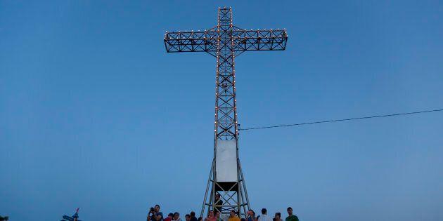 Des résidants réunis au pied de la croix, le 6 juillet