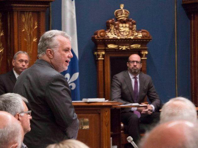 Le premier ministre Philippe Couillard répond aux questions de l'opposition sous le regard attentif du vice-président de l'Assemblée nationale, François Ouimet.