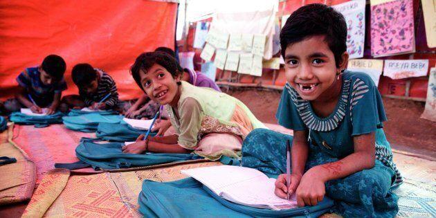 La jeune réfugiée rohingya, Sofiat, âgée de 7 ans, prend part à une classe dans le centre d'apprentissage...