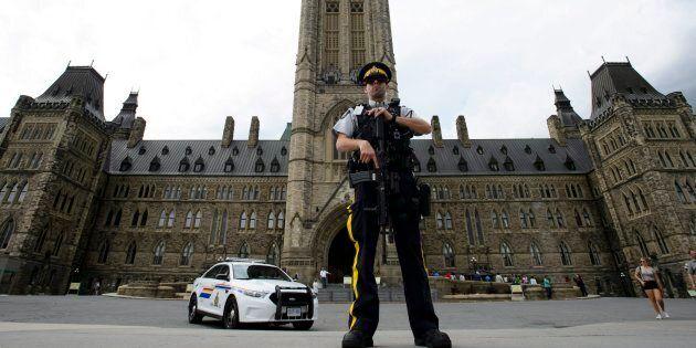 Un homme a tenté de poignarder un soldat devant le Parlement à