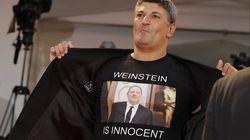 Un réalisateur arbore un t-shirt «Weinstein est innocent» à la Mostra de