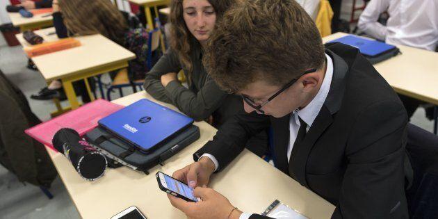 La France interdit les téléphones portables dans les écoles et