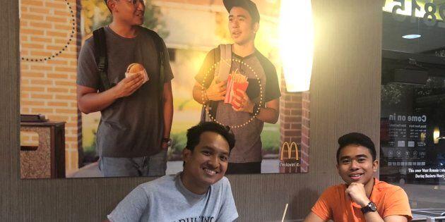 Jevh et son ami Christian, devant le faux poster d'eux-mêmes collé dans un restaurant