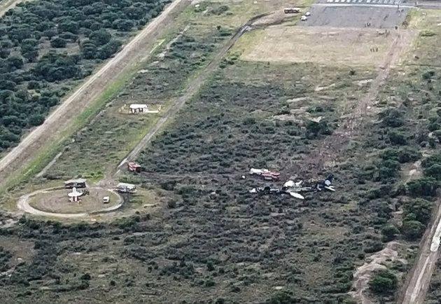 Une image prise à l'aide d'un drone et obtenue par l'AFP montre l'avion immobilisé dans un champs en...